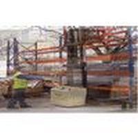 Empilhadeira elétrica multidirecional com mastro elevável
